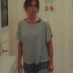 Ufak Tefek Cinayetler 2. bölüm kıyafetleri Oya gri tişört