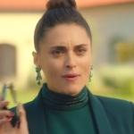 Ufak Tefek Cinayetler Merve yeşil elbise ve yeşil taşlı küpe markası Tophills.