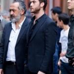 Çukur dizi kıyafetleri Çukur Yamaç Kıyafetleri Yamaç'ın siyah gömleği ve siyah takım elbisesi Pierre Cardin marka