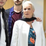 İstanbullu Gelin Esma Kıyafetleri Esma Çiçek desenli bluz Zara Esma Siyah Pantolon Zara. Esma beyaz Kaban araştırılıyor. Esma küpe ve kolyeler So Chic marka.