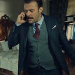 İstanbullu Gelin Fikret gri yelek, lacivert ceket, gömlek ve bordo gravat kombini