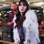 Dolunay 28. Bölüm dizi kıyafetleri Nazlı gri kısa simli triko kazak markası Zara. Nazlı beyaz kürk ceket markası Zara.