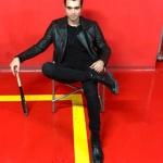 Dolunay Dizisi Deniz Kıyafetleri Deniz siyah deri ceket Mavi . Deniz Siyah Jean markası Mavi. Deniz ayakkabı ve siyah kazak markaları H&M