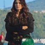 Fazilet hanım ve Kızları Hazan kıyafetleri Hazan çiçekli siyah elbise Hazan yeşil çanta ve Hazan siyah ceket markaları araştırılıyor