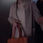 Fi Çi Duru Kıyafetleri Duru'nun desenli krem rengi kaban ile kullandığı Taba rengi kol çantası