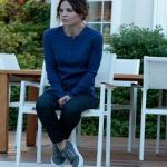 Ufak Tefek Cinayetler Arzu Kıyafetleri Arzu sneakers ayakkabı İnci Deri'den. Arzu pantolon Twist marka. Arzu mavi tişört Twist marka.