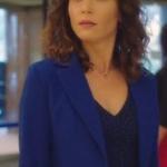 Ufak Tefek Cinayetler Arzu mavi ceket ve mavi elbise Mango marka