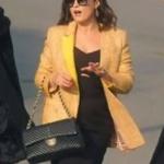 Ufak Tefek Cinayetler Dizisinde Mervenin giydiği sarı ceket Jaquette marka Merve siyah elbise markası Forever New