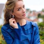 Ufak Tefek Cinayetler Pelin Kıyafetleri Pelin Mavi Elbise ile giydiği mavi deri ceket markası ADL