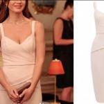 Ufak Tefek Cinayetler dizisinin 4. bölümünde, Oya karakterinin giydiği pudra elbise Forever New markadır.