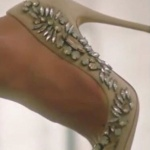 Ufak tefek Cinayetler Oya karakterinin giydiği taşlarla süslenmiş topuklu ayakkabı markası Aldo Shoes