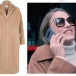 Duru karakterine hayat veren Serenay Sarıkaya'nın giydiği toprak rengi kabanı Natalie Kolyozyan.Duru karakterine hayat veren Serenay Sarıkaya'nın giydiği toprak rengi kabanı Natalie Kolyozyan.