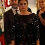 Merve'nin partide giydiğiParlak elbisemarkası Closh Boutique.