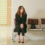 Ufak Tefek Cinayetler Arzu mahkemeye giderken giydiği siyah pantolon siyah ceket Forever New marka Ayakkabılar İnci Deri