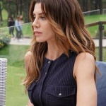 Ufak Tefek cinayetler dizisi son bölümde Oya karakterinin giydiği lacivert çizgili elbisenin markası Rue