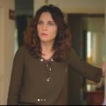 Ufak tefek Cinayetler dizisi son bölümde Arzunun giydiği haki bluzun markası ADL