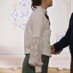 Fazilet Hanım ve Kızları son bölümde Ecenin giydiği kolları dantelli krem rengi kazak ve gri mini etek nereden