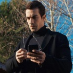 Ferhat'ın giydiği siyah palto Hatemoğlu marka. Ferhat'ın palto ile giydiği düğme detaylı siyah triko kazak Efor marka.