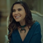 stanbullu Gelin İnci mavi elbise markası açıklanacak İpek yeşil kolye markası Urban Queen