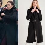 Ufak tefek Cinayetler 15. Bölümde yangın sahnesinde Merve'nin giydiği siyah kabanın markası Rue.